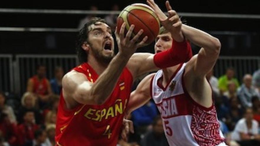 Gasol busca el aro ante la presión del jugador ruso. (Europa Press)