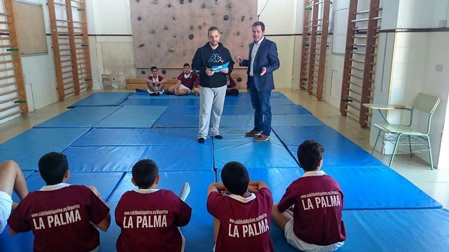 En la imagen, el consejero insular de Deportes (derecha) en una de las clases del programa piloto de fomento de la lucha canaria entre escolares