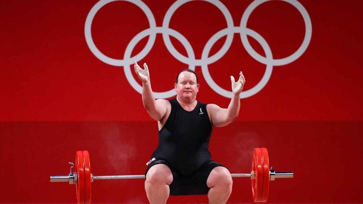 Laurel Hubbard, de 43 años, quedó eliminada tras no poder superar hoy sus tres intentos en la categoría de más 87 kilos de halterofilia femenino.
