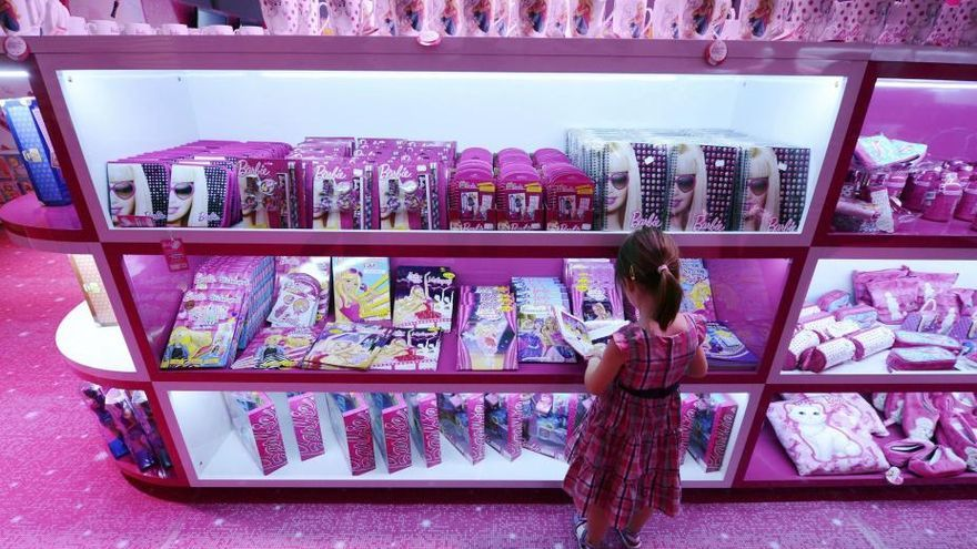 """""""Los envoltorios de los juguetes y los pasillos de las tiendas sucumben a la estética Pink & Blue"""", dice la guía"""