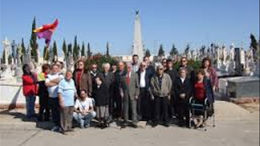 Homenaje a los republicanos asesinados durante el franquismo en el cementerio de Espinardo