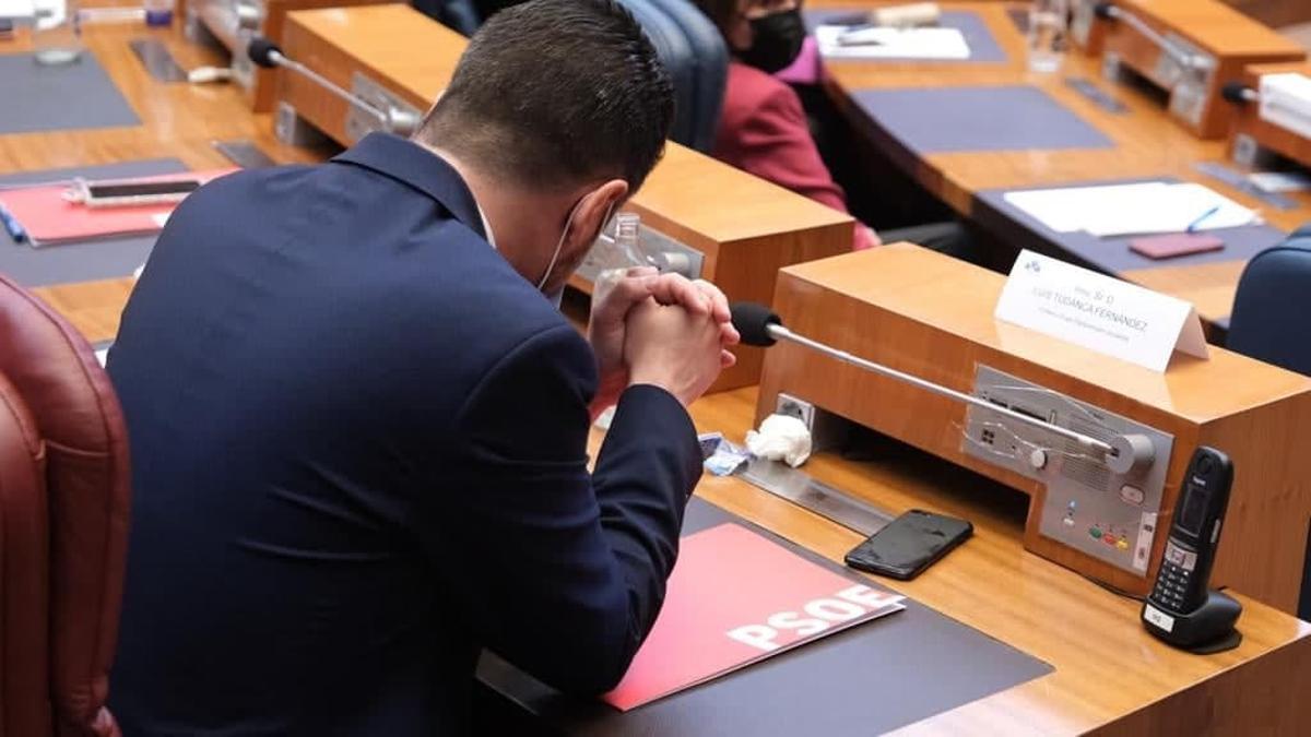 El candidato socialista en la moción de censura de Castilla y León, en su escaño