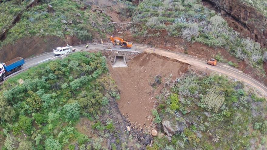 Vista aérea de la obra de encauzamiento de barranco y contención de taludes en la carretera  (LP-102) Martín Luis-Bajamar de Puntallana