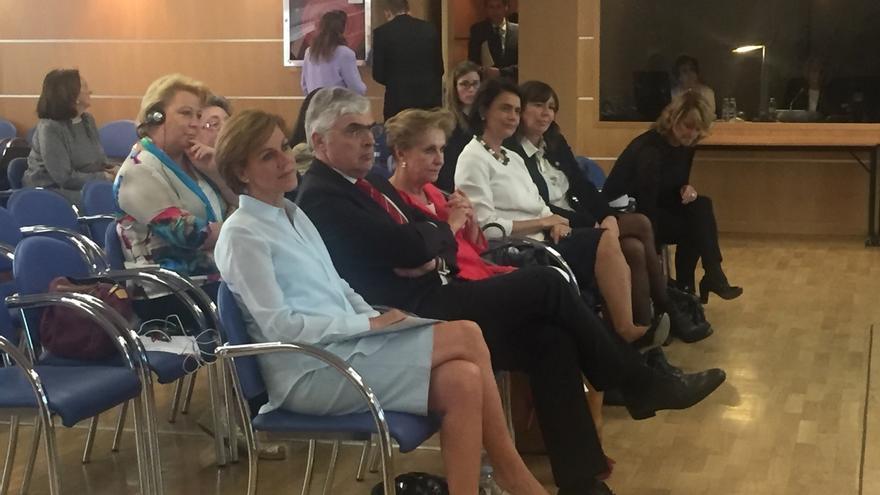 """Cospedal alerta de que el populismo y la radicalidad se está """"apropiando"""" del """"mensaje femenino"""""""