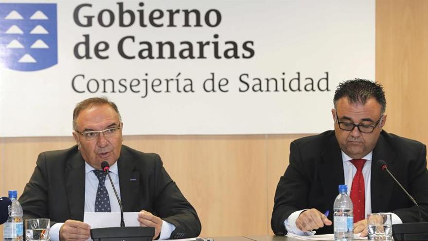El consejero de Sanidad, José Manuel Baltar, y el director del Servicio Canario de Salud, Conrado Domínguez. (EFE/Elvira Urquijo A.)