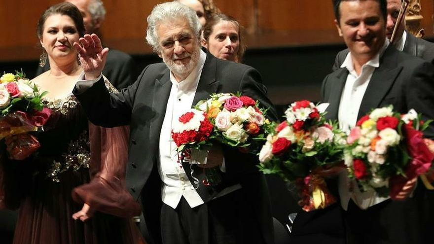 El tenor Plácido Domingo (c) ha sido aplaudido, junto al resto del reparto, por parte del auditorio del Festival de Salzburgo, en su primera aparición en los escenarios tras las acusaciones de acoso sexual contra él hechas públicas a través de la agencia Associated Press hace poco más de diez días.