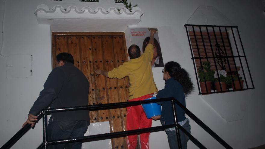 Varios militantes pegan carteles en la Casa del Pueblo / Foto: PSOE Grazalema