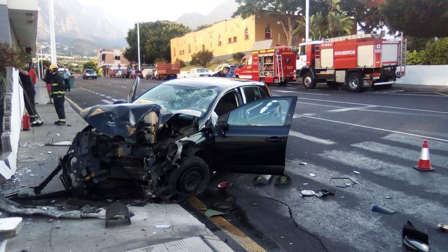 Imagen del accidente de tráfico registrado este domingo en la calle Ramon Pol de Los Llanos.