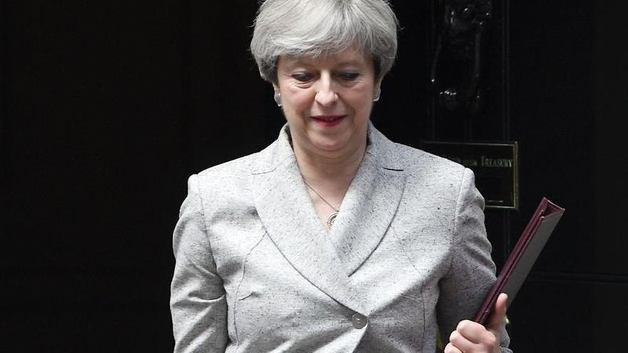 """May, """"profundamente entristecida"""" por la pérdida de vidas en el incendio de Londres"""