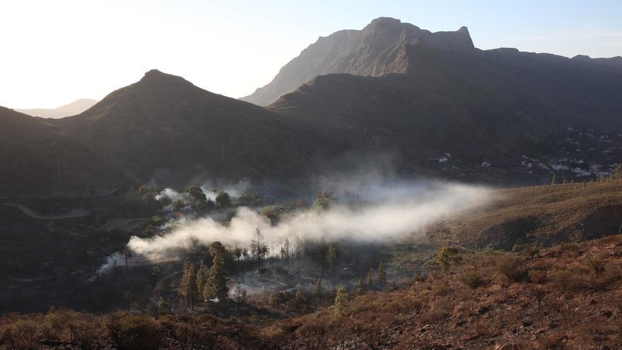 Así amaneció Fataga, con el incendio ya controlado, pero aún activo