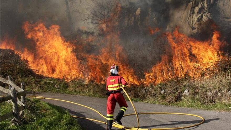 Bajan a seis los incendios forestales en Asturias, cinco ya controlados