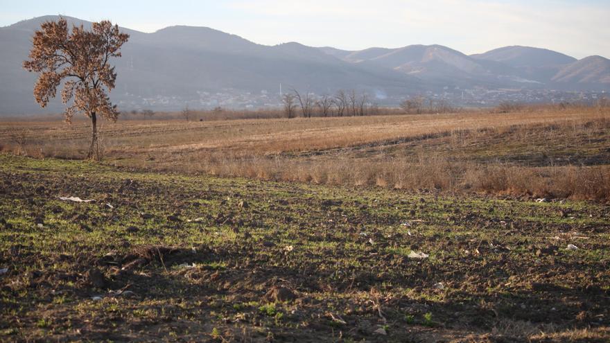 En el fondo, el pueblo de Lojane. Detrás, las montañas donde los refugiados se esconden para cruzar la frontera con Serbia