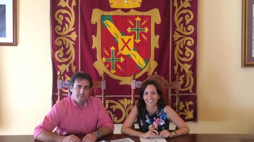 "El alcalde de San Andrés y Sauces, Francisco Paz, junto a Gwen Trujillo Suarez, directora oficina San Andrés y Sauces ""La Caixa""."