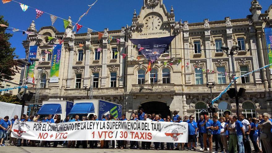Policías y taxistas se concentran frente al Ayuntamiento de Santander.   R.A.