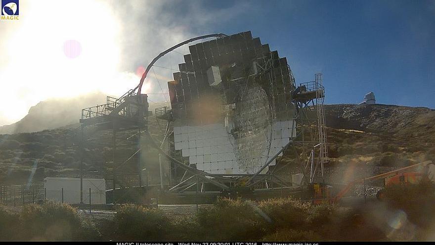 Imagen de uno de los telescopios MAGIC, en el Roque de Los Muchachos, este miércoles. (Imagen captada de la webcam de los MAGIC).