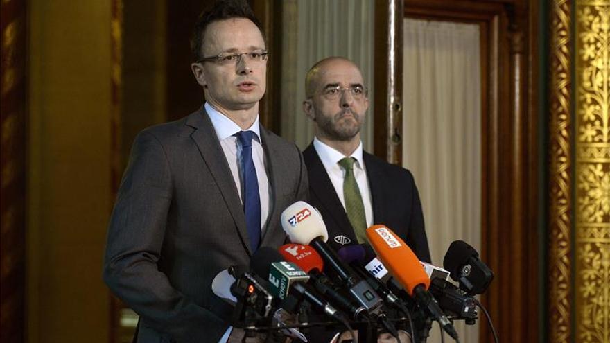 El ministro de Exteriores húngaro, Peter Szijjarto (izda) y el portavoz del Gobierno, Zoltan Kovacs, la pasada semana. / Efe.