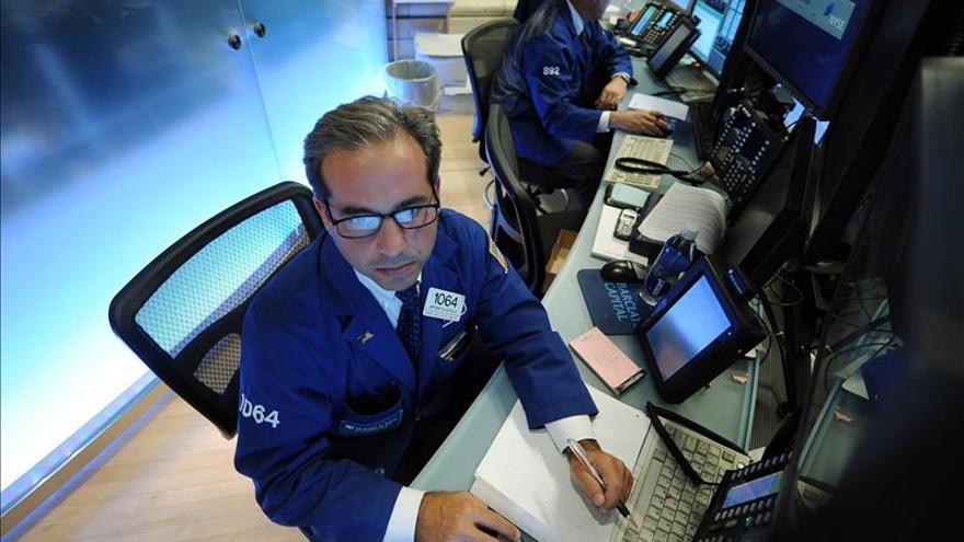 Wall Street sigue mixto a media sesión, sin rumbo fijo