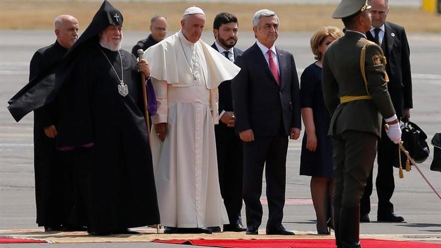 """El papa propone la fe como solución a """"noche oscura"""" de un mundo conflictivo"""