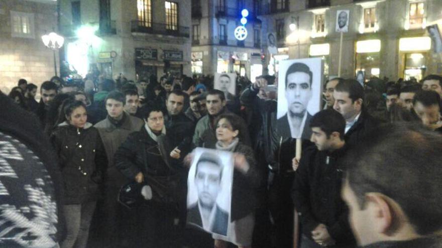 Manifestantes sujetan carteles con el rostro de 'Alik', muerto en el CIE de Zona Franca. (Foto: Pau Rodríguez)