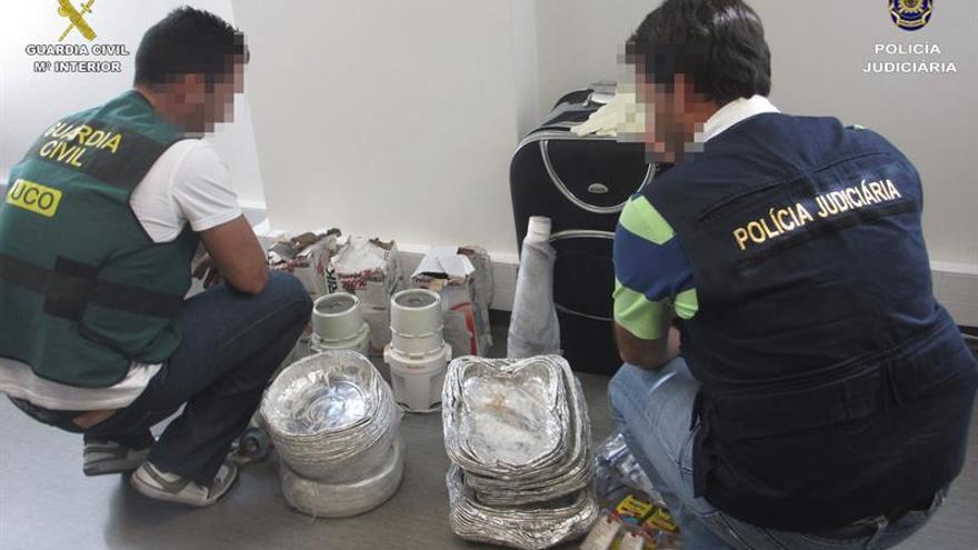 Fotografía cedida por la Guarcia Civil de parte de los 4,7 kilos de heroína, 200 gramos de cocaína y 30 kilos de sustancia para la adulterar estupefacientes incautados. (Efe)