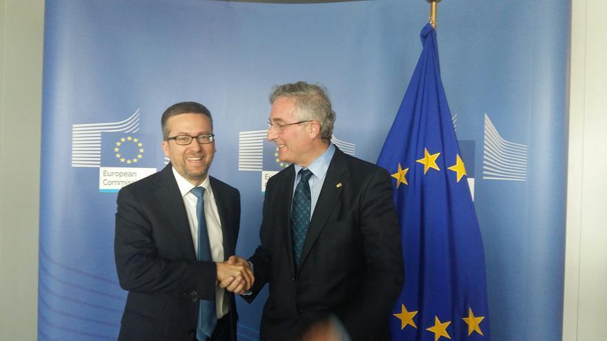 El consejero de Desarrollo Rural, Joaquín Olona (dcha), con el comisario europeo de Investigación.