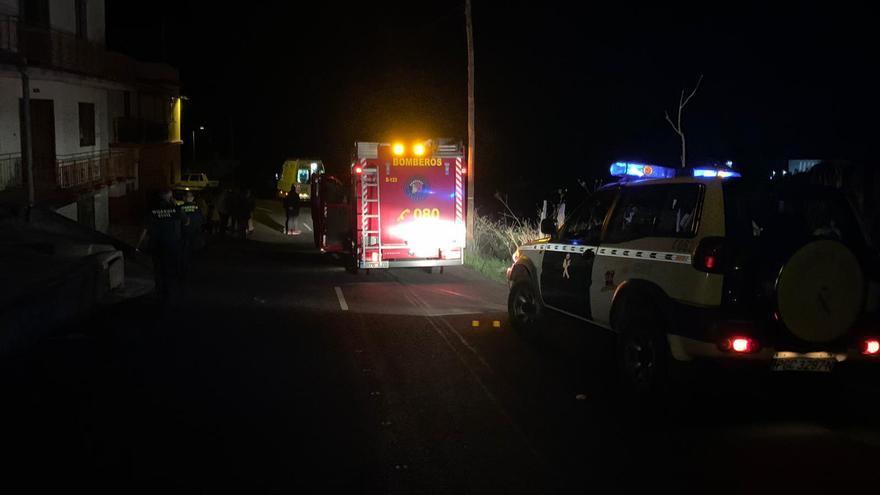 En la imagen, intervención de los servicios de emergencias en el lugar del accidente registrado en el Camino Roque Facundo (Puntagorda)