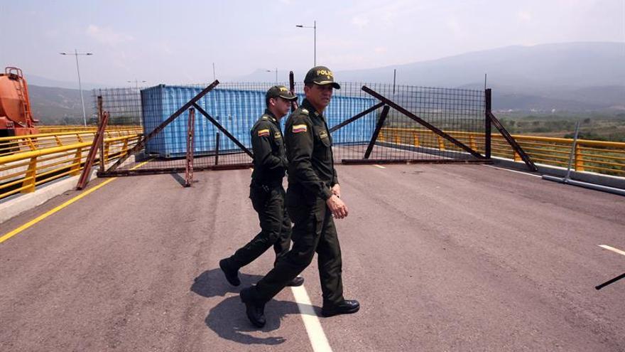 La Guardia Bolivariana patrulla el puente de Tienditas (Colombia), paso de entrada para la ayuda humanitaria que llegaría a Venezuela desde EEUU.