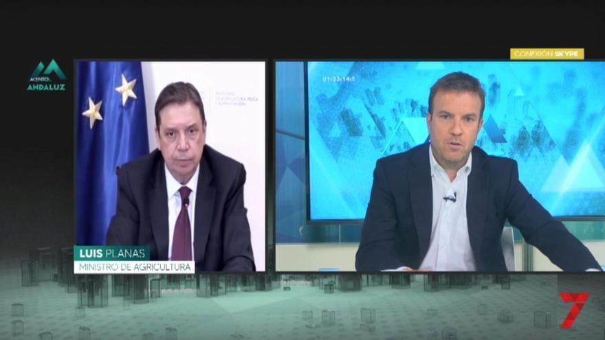 El ministro de Agricultura, Pesca y Alimentación, Luis Planas (i), en una entrevista en 7 TV Andalucía.