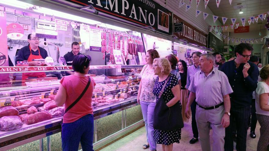 Manuela Carmena, durante su visita al Mercado de Chamberí | AYUNTAMIENTO DE MADRID