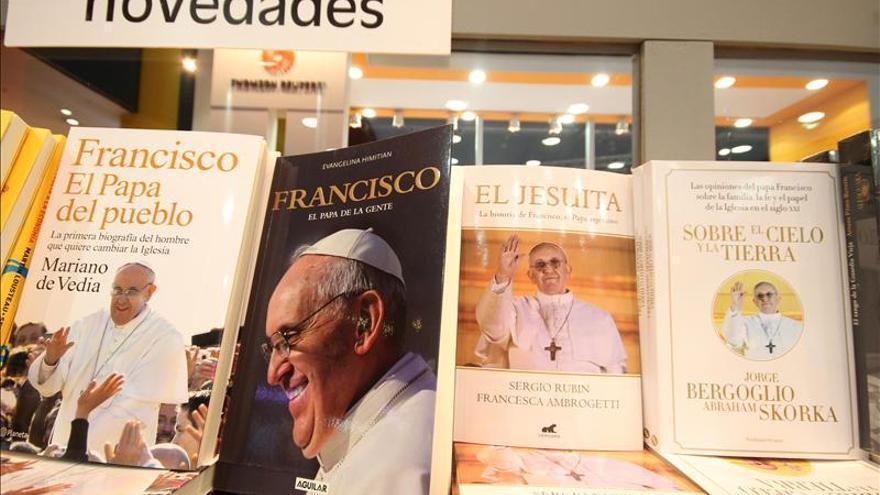 Las biografías del papa Francisco, éxito en la Feria del Libro de Buenos Aires