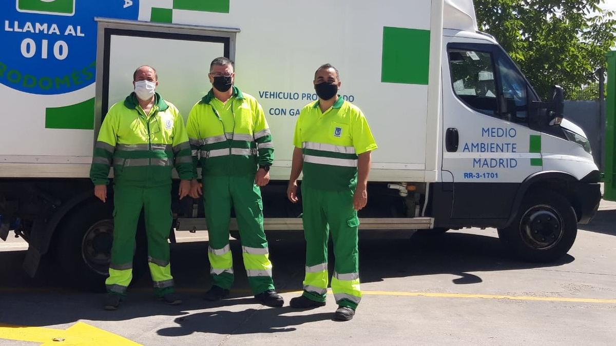 De izquierda a derecha, Javier Martínez, Francisco Javier Bautista y Robustiano Pulido, operarios del servicio de recogida de animales domésticos