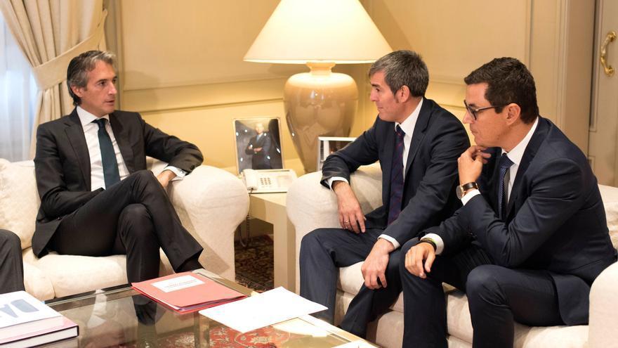 El Ministro de Fomento, Íñigo de la Serna; el presidente del Gobierno de Canarias, Fernando Clavijo, y vicepresidente y consejero de Obras Públicas y Transporte, Pablo Rodríguez, este martes, en la reunión celebrada en Madrid.