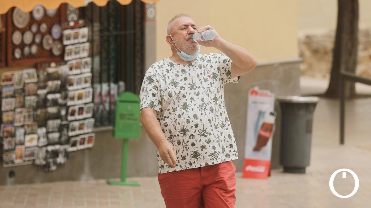 Un hombre se refresca del calor este domingo en Córdoba