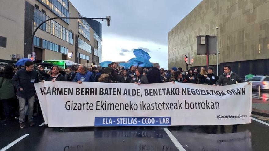 Un momento de la protesta de docentes de la red concertada, en Bilbao. Foto: ELA