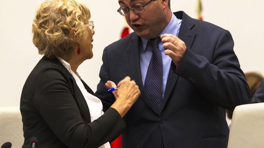 La alcaldesa de Madrid, Manuela Carmena, y Carlos Sánchez Mato durante un Pleno del Ayuntamiento de Madrid.