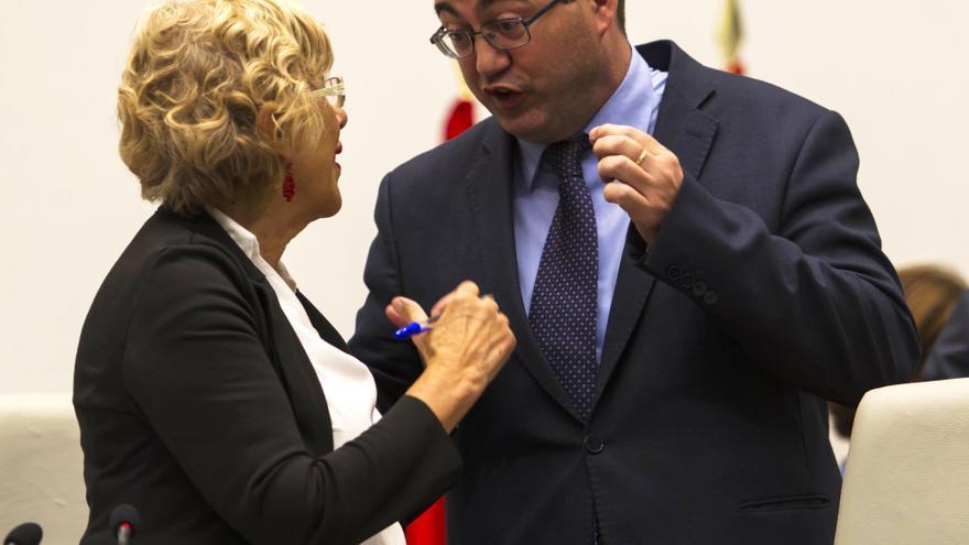La alcaldesa de Madrid, Manuela Carmena, y Carlos Sánchez Mato durante un Pleno del Ayuntamiento de Madrid.