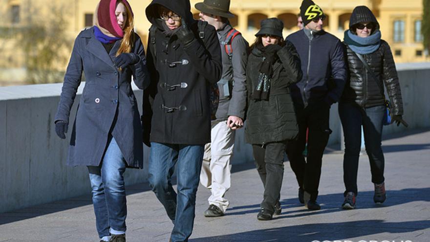 Un grupo de turistas por el Puente Romano | MADERO CUBERO