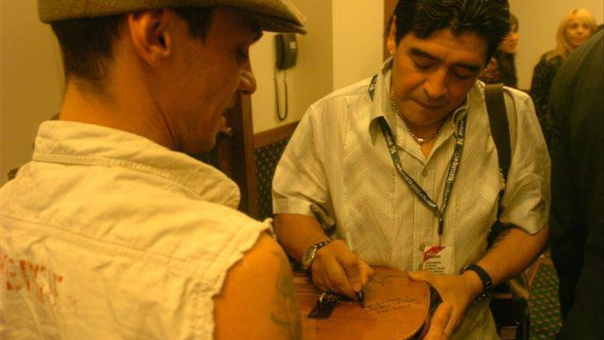 Manu Chao y Diego , en el marco del rodaje de Maradona por Kusturica. Juan José Traverso (gentileza Paula Vaccaro)