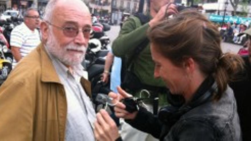 Arcadi Oliveres durante la grabación del documental Mai és tan fosc. Foto: Donostia Kultura.