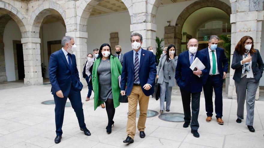 El consejero de Innovación, Industria, Transporte y Comercio, Francisco Martín, junto a representantes de los grupos parlamentarios