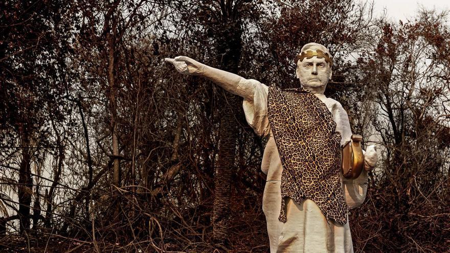 Greenpeace levanta una estatua de Bolsonaro emulando a Nerón en el Pantanal