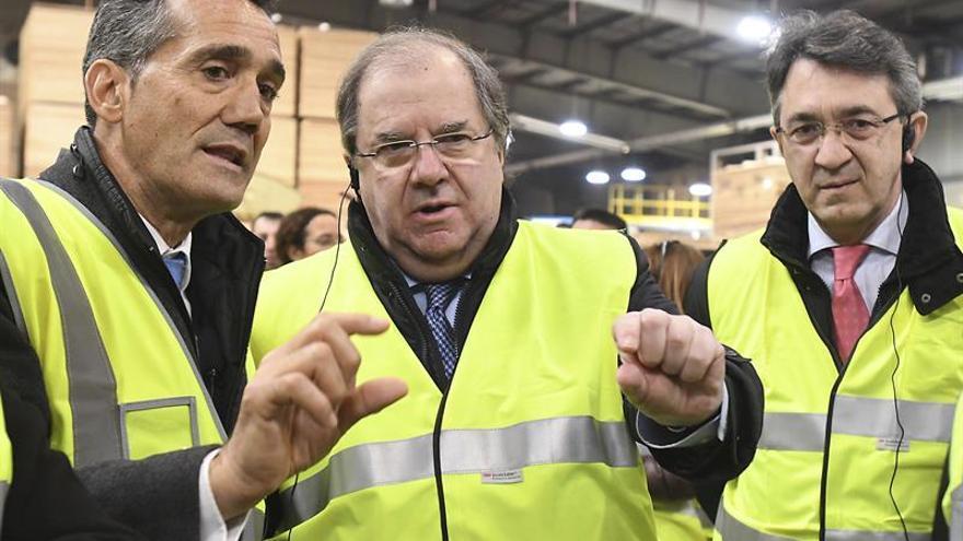 El presidente de la Junta, Juan Vicente Herrera, en la visita a una fábrica en León.