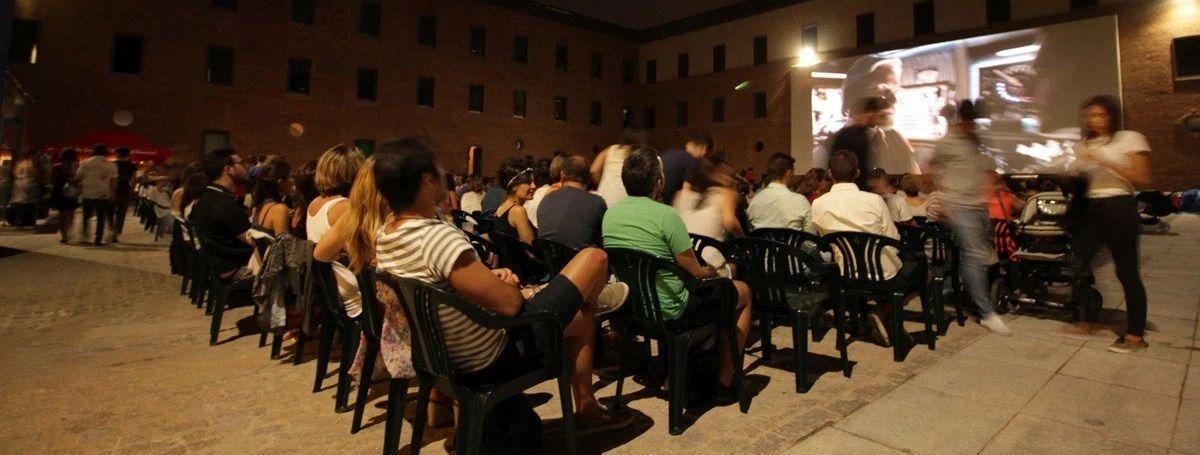 Pantalla de cine en el patio sur de Conde Duque | RAQUEL ANGULO