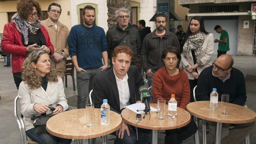 Alejandro Pérez, junto a miembros del Consejo Ciudadano de Gran Canaria, en la rueda de prensa de este miércoles. (Ángel Medina/ EFE)