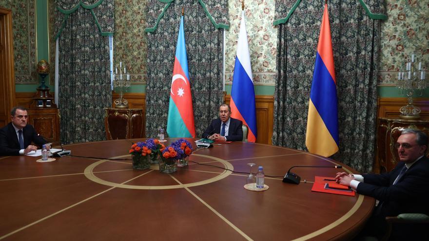 Un frágil alto el fuego entra en vigor en Nagorno Karabaj
