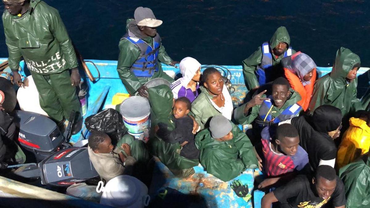 Un grupo de personas rescatadas de una patera al sur de Canarias
