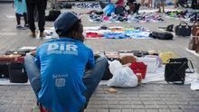 Barcelona recicla a sus manteros para que vendan productos de comercio justo en mercadillos