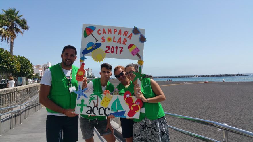 Kilian (i), Ayose, Nieves María y Ana este viernes en la playa de la capital. Foto: LUZ RODRÍGUEZ.