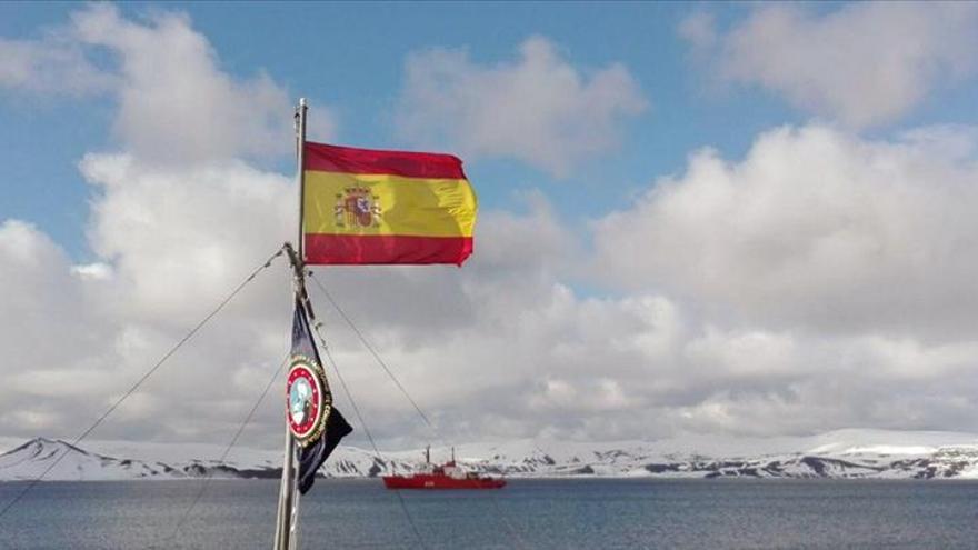 Izan en la Antártida el primer banderín de la nueva ruta peregrina a Santiago