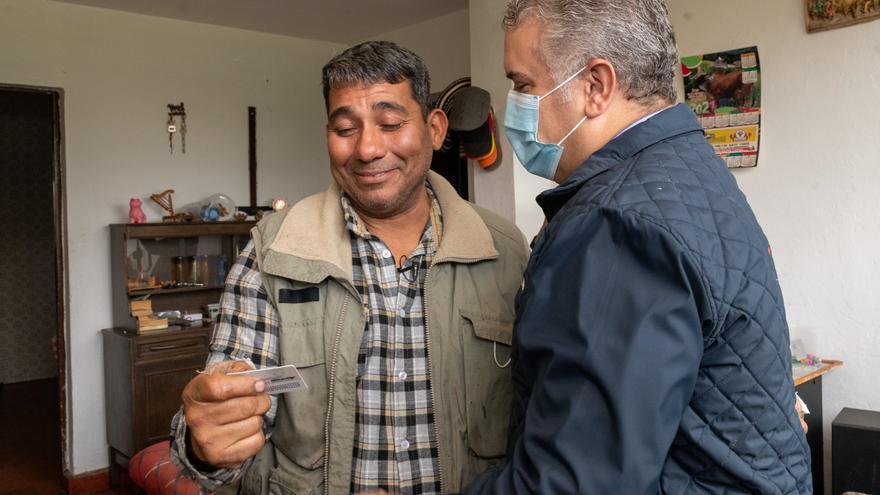 Comienza entrega de las tarjetas que regulan la situación de los venezolanos en Colombia